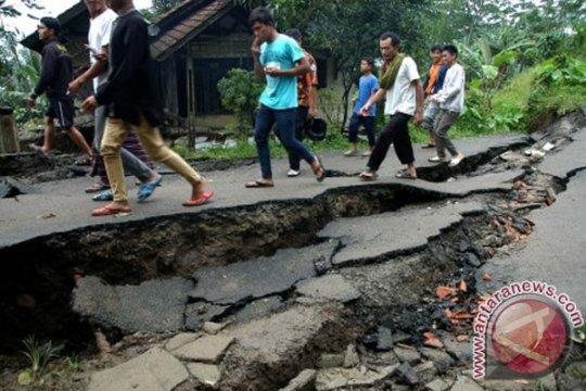 Banjir, longsor paksa 400 lebih warga Cibadak di Sukabumi mengungsi