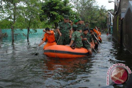 TNI bantu korban banjir hingga keadaan normal