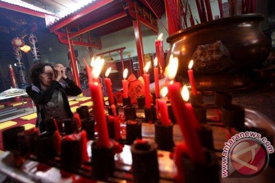 Cahaya lilin hiasi vihara di Bandung