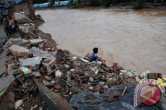 Santri Pamekasan terseret banjir ditemukan