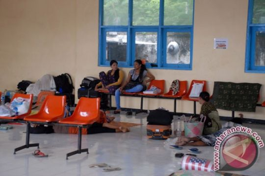 Calon penumpang Bandara Babullah terlantar