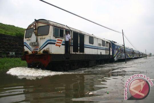 Kereta api ke Malang ubah rute karena banjir