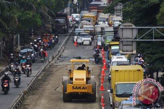 Sudin Bina Marga Jakbar perbaiki ribuan meter jalan selama 2021