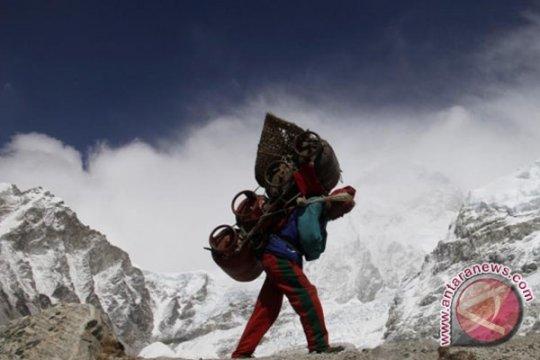 Nepal sebut pendakian Everest terus berlanjut meski ada laporan COVID