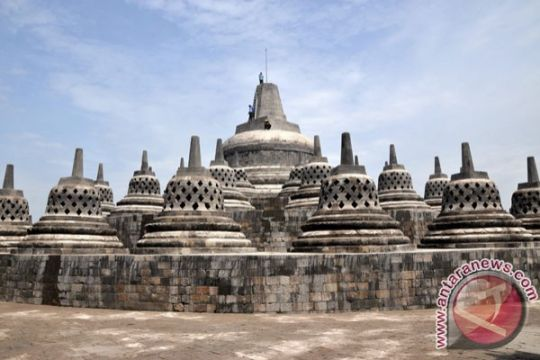 Dua pengunjung Candi Borobudur bawa tas mencurigakan