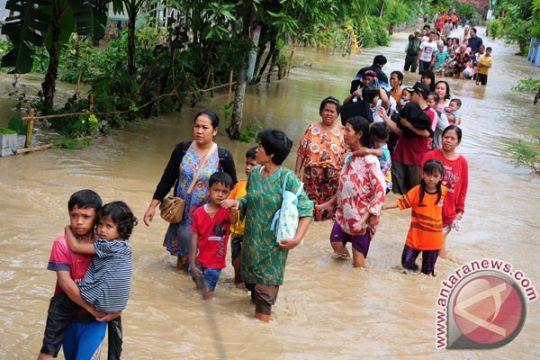Sungai Cisanggarung banjir, jalur KA Cirebon-Purwokerto tidak bisa dilewati