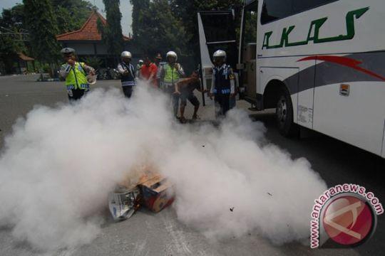 Minibus terbakar di tol Cikarang arah Cikampek