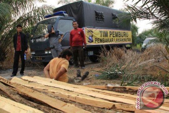 Polres Ngawi tangkap pengangkut kayu jati ilegal