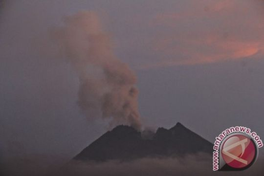 Gunung Merapi kembali embuskan asap