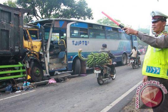 Dua sopir tewas dalam tabrakan bus vs truk