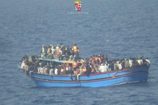 Kapal Irlandia selamatkan 329 pengungsi dari Laut Mediterania