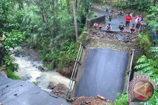 Jembatan Nusa Nipa Flores Timur ambruk diterjang banjir