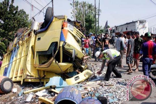 Kecelakaan truk ditabrak kereta satu korban tewas