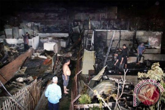 Bengkel dan tujuh unit mobil habis terbakar