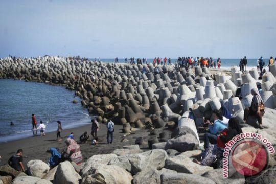 Ribuan orang berlibur di Pantai Glagah Kulon Progo