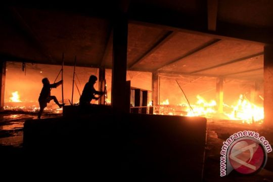 Pemadaman api di pasar induk Bondowoso berlanjut