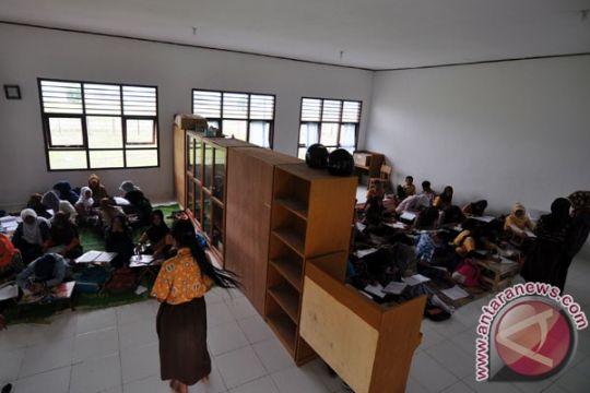 Puluhan siswa di Cianjur terpaksa belajar di lantai