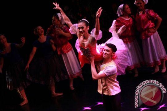 Alunan lagu Chrisye mengiringi gemulai penari balet