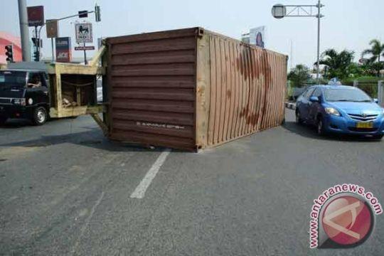 Kontainer berbobot 30 ton terguling di Bekasi