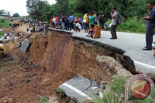 Akses jalan Padang-Jambi terputus akibat longsor