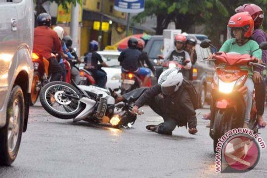 Tabrakan bus lawan sepeda motor seorang tewas