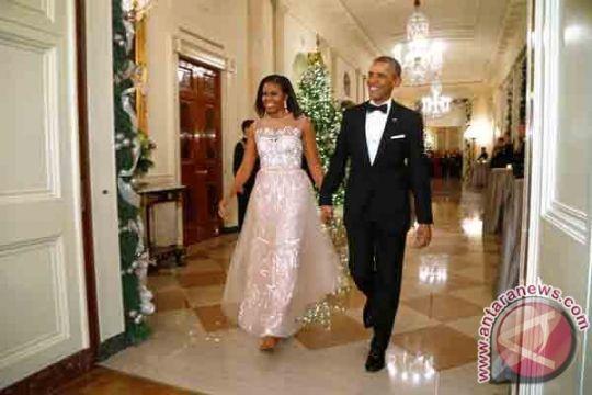 Sambil membawa bunga, Obama beri kejutan kepada istrinya
