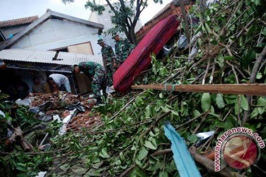 Angin puting beliung di Cianjur akibatkan ratusan rumah rusak