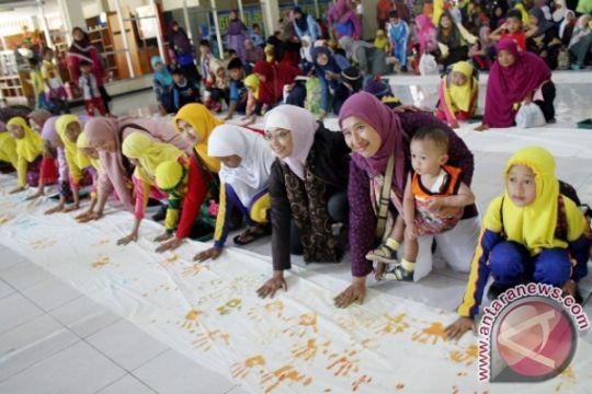 Sambut Hari Ibu, 100 anak di Kediri basuh kaki ibunya
