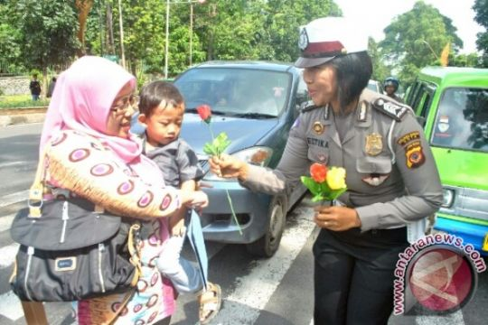 Polwan Jayapura bagikan 1.000 mawar untuk masyarakat