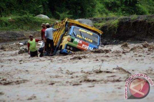 Dua kendaraan terjebak banjir lahar dingin Merapi
