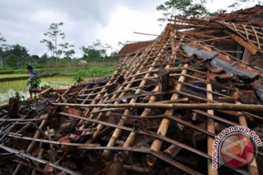 Angin kencang terjang sejumlah rumah di Babel