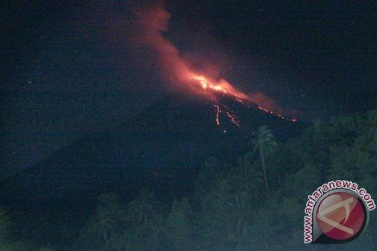Karangetang terus semburkan lava dan abu vulkanik