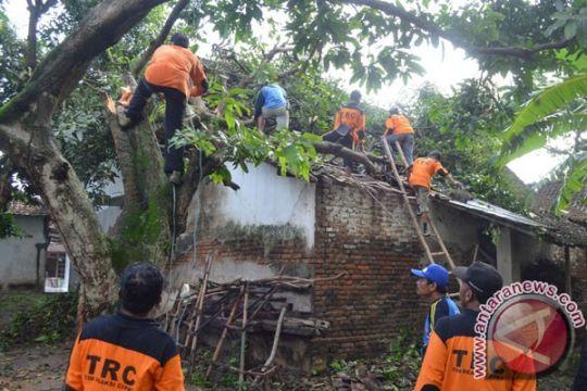Puting Beliung terjang sejumlah desa di Tulungagung-Blitar