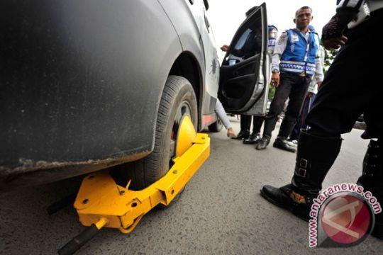 DLLAJ Kota Bogor gembok kendaraan parkir sembarangan