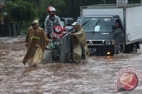 Ratusan titik badan jalan di Bekasi rusak