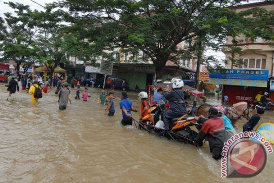Wali Kota Tangerang pantau banjir dari Mekkah