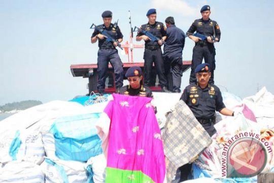 Impor ilegal baju bekas pukul industri tekstil