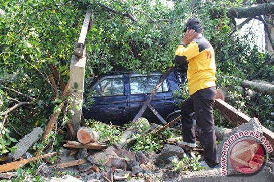 Angin kencang terjang belasan desa di Tulungagung