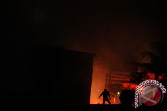 Kawasan padat penduduk di Mamuju terbakar