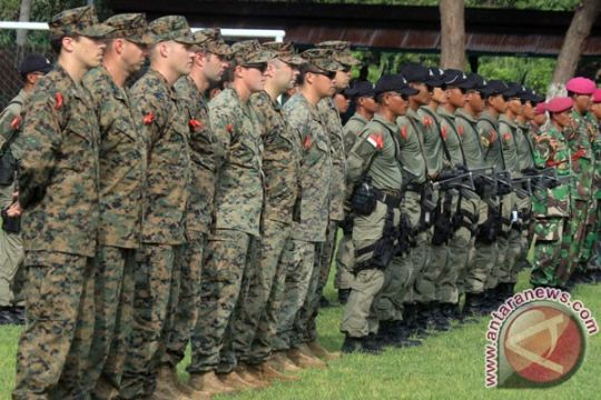 Marinir Indonesia-Amerika berlatih menembak senjata otomatis
