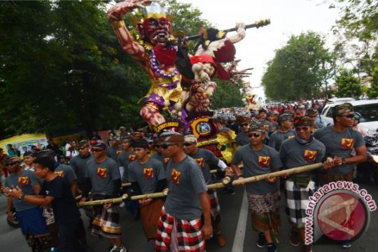 Polisi-Pecalang kawal pawai ogoh-ogoh di Denpasar