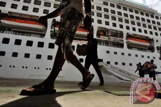 Kapal pesiar Bermuda sandar di Pelabuhan Mataram