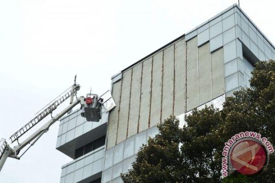 Plat panel pelapis gedung DPR copot