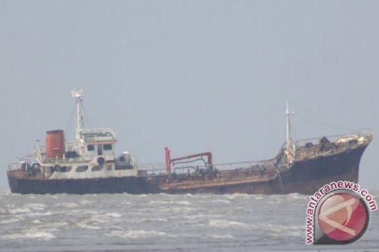 Lanal Karimun evakuasi 60 penumpang kapal kandas