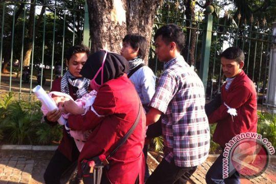 Satu mahasiswi pingsan saat demo depan Istana
