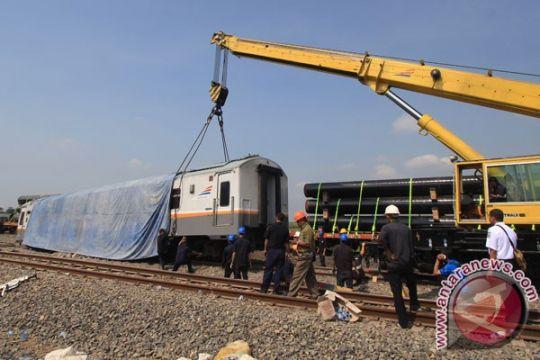 Dua crane dikerahkan evakuasi kereta api Bangunkarta