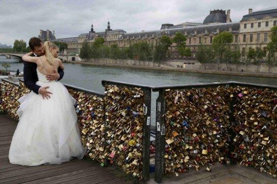 Grafiti gantikan gembok cinta di jembatan Paris