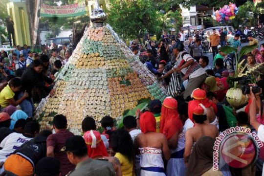 Ribuan orang berebut gunungan Gerebeg Maulud