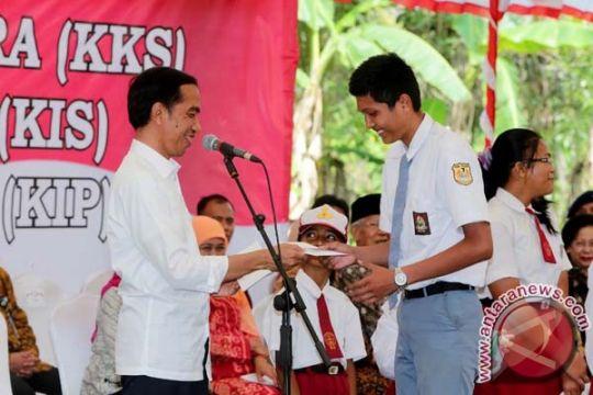 Presiden serahkan makanan tambahan di Sentani, Papua