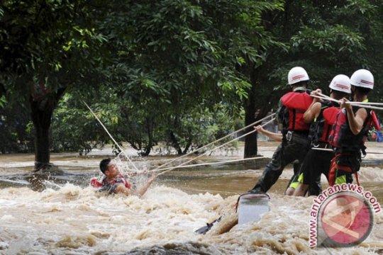 Hujan lebat guyur China Selatan, ribuan orang terjebak, lima tewas